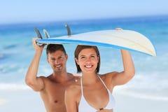 Geliebte mit ihrem Surfbrett lizenzfreie stockfotografie