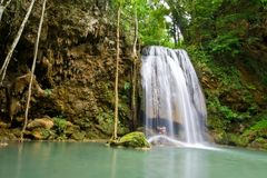 Geliebter am Erawan Wasserfall stockfoto