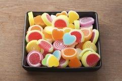 Gelieren Sie süße Süßigkeit, Aromafrucht, bunten Nachtisch, Fokus den an der Herzform und Konzept an Valentinsgruß ` s Tag stockfotos