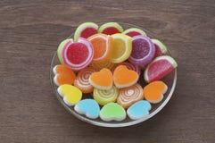 Gelieren Sie süße Süßigkeit, Aromafrucht, bunten Nachtisch, Fokus den an der Herzform und Konzept an Valentinsgruß ` s Tag stockbild