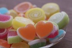 Gelieren Sie süße Süßigkeit, Aromafrucht, bunten Nachtisch, Fokus den an der Herzform und Konzept an Valentinsgruß ` s Tag für Li lizenzfreie stockfotos