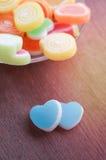 Gelieren Sie süße Süßigkeit, Aromafrucht, bunten Nachtisch, Fokus den an der Herzform und Konzept an Valentinsgruß ` s Tag für Li stockbilder