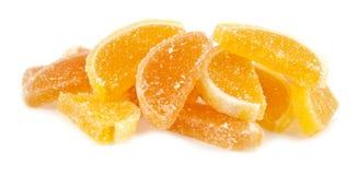 Gelieren Sie Süßigkeitzitrusfrucht in den Formularläppchen, die auf einem weißen Hintergrund getrennt werden Stockfotos