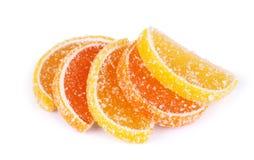 Gelieren Sie Süßigkeitzitrusfrucht in den Formularläppchen, die auf einem weißen Hintergrund getrennt werden Gelieren Sie Süßigke Stockbild