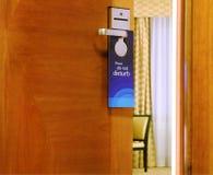 Gelieve te storen teken het hangen op open deur niet Stock Foto