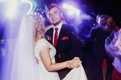 Gelijk makend danspartij - jonggehuwdebruid en bruidegom die bij weddin dansen royalty-vrije stock foto's