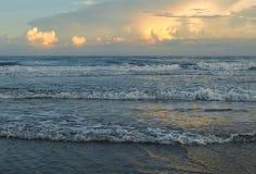 Gelijk makend Gloed bij Atlantisch Strand, Noord-Carolina stock foto