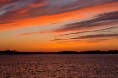 Gelijk makend rode zonsondergangtextuur over het meer, over de vijver royalty-vrije stock foto's
