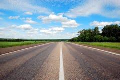 Gelijke weg met een weg het merken, de zomer en hemel Stock Foto's