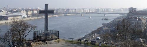 Gellert小山和多瑙河的十字架 免版税库存照片