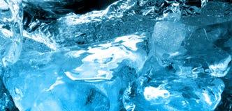 Gelo azul na água Imagens de Stock