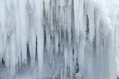 Gelo branco efervescente dos sincelos que pendura para baixo Fotografia de Stock Royalty Free