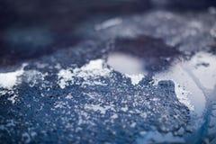 Gelo congelado em uma superfície de metal azul, foco macio fotografia de stock
