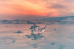 Gelo congelado sobre o lago de congelação da água fotografia de stock