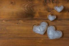 gelo Coração-dado forma em de madeira Imagem de Stock