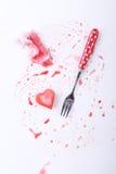 Gelo coração-dado forma vermelho do xarope da framboesa com forquilha de prata Foto de Stock