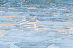 Gelo de derretimento no lago da mola Fotos de Stock