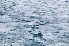Gelo de derretimento no lago primavera Fundo da mola fotos de stock