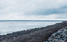 Gelo de derretimento no mar e no c?u nebuloso imagens de stock