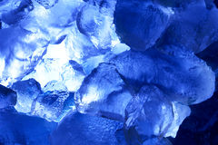 Gelo de encontro ao fundo azul Imagens de Stock