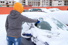 Gelo de raspagem da mulher do indicador de carro Imagem de Stock