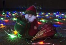 Gelo del nonno con il giocattolo sul festone delle luci Fotografia Stock