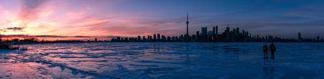 Gelo do por do sol da skyline de Toronto imagens de stock royalty free