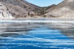 Gelo e quebras azuis na superfície do gelo Foto de Stock Royalty Free