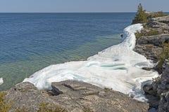Gelo e rochas no Lakeshore imagens de stock