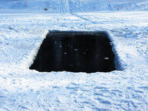 Gelo-furo na lagoa congelada Foto de Stock