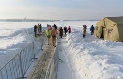 Gelo-furo para banhar-se na água fria no dia do esmagamento Rússia Fotografia de Stock