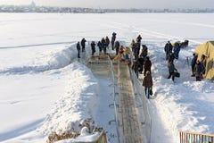 Gelo-furo para banhar-se na água fria no dia do esmagamento Rússia Imagens de Stock Royalty Free