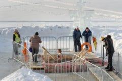 Gelo-furo para banhar-se na água fria no dia do esmagamento Rússia Imagens de Stock