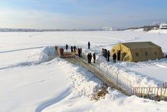 Gelo-furo para banhar-se na água fria no dia do esmagamento Rússia Foto de Stock Royalty Free