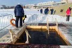 Gelo-furo para banhar-se na água fria no dia do esmagamento Rússia Imagem de Stock Royalty Free