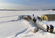 Gelo-furo para banhar-se na água fria no dia do esmagamento Rússia Fotos de Stock Royalty Free