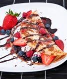 Gelo no bolo fresco da bandeja com frutas Foto de Stock Royalty Free