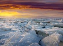 Gelo no rio no por do sol gelado Fotos de Stock Royalty Free