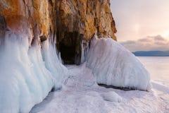 Gelo prima della grotta nella roccia Fotografia Stock