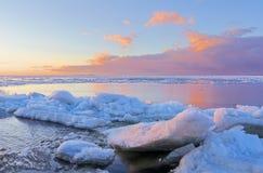 Gelo que derrete na praia foto de stock royalty free