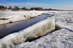 Gelo quebrado no rio na mola Imagem de Stock