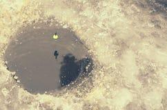 Gelo redondo no gelo com um flutuador na linha fotos de stock
