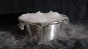 Gelo seco, vapor reverso hipnótico do dióxido de carbono no fundo preto vídeos de arquivo