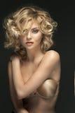 Gelockte blonde Frau mit fabelhaften Augen Stockbild