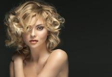 Gelockte blonde Frau mit fabelhaften Augen Lizenzfreie Stockbilder