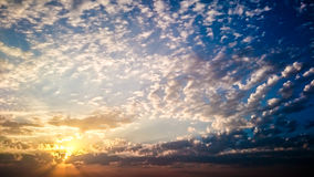 Gelockte Wolken in den Strahlen der Sonne Lizenzfreie Stockfotografie
