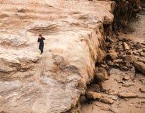 Gelockter blonder Junge, der durch den Ozean erforscht Stockfotografie