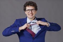 Gelockter Mann entfernen Krawatte Stockfotografie