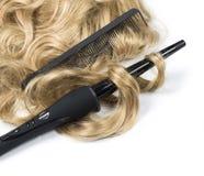 Gelocktes blondes Haar mit Brennschere Lizenzfreies Stockbild