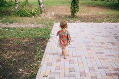 Gelocktes blondes Kind, das draußen im Sommer spielt Lizenzfreie Stockbilder